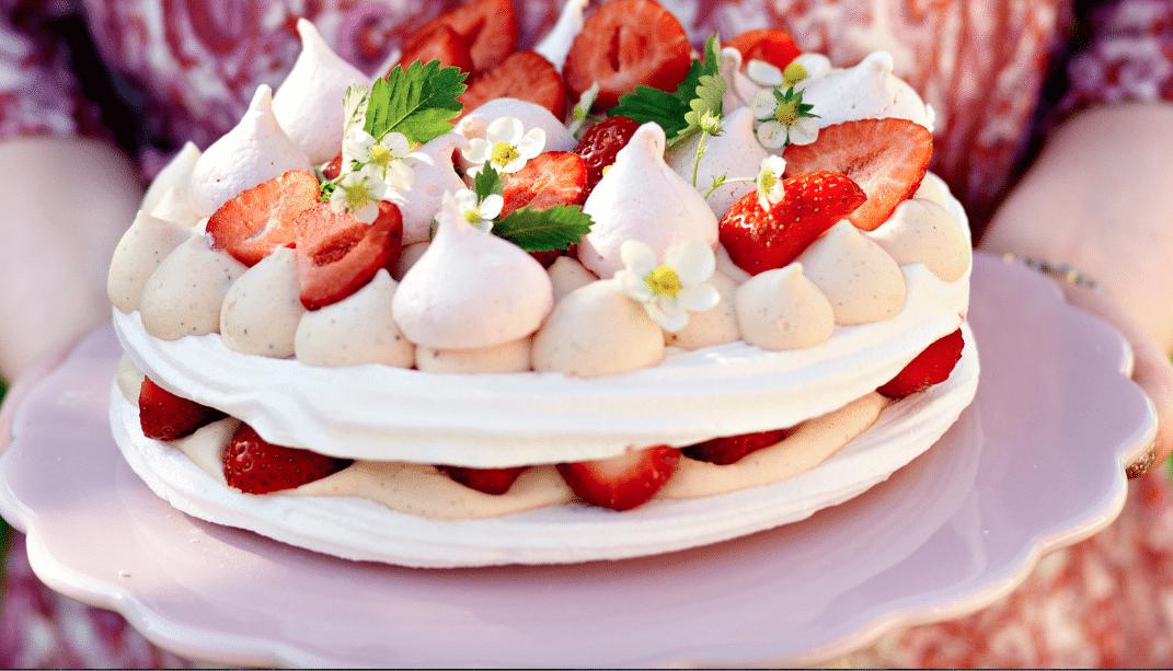 midsommartårta Maräng och jordgubbstårta